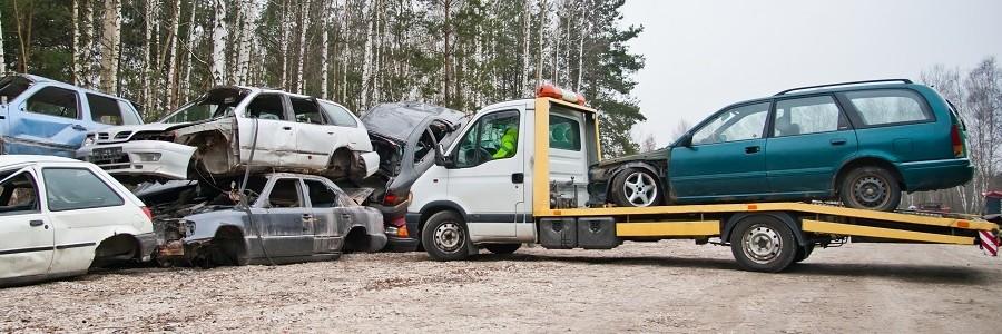 Holowanie samochodu z wypadku do punktu złomowania pojazdów